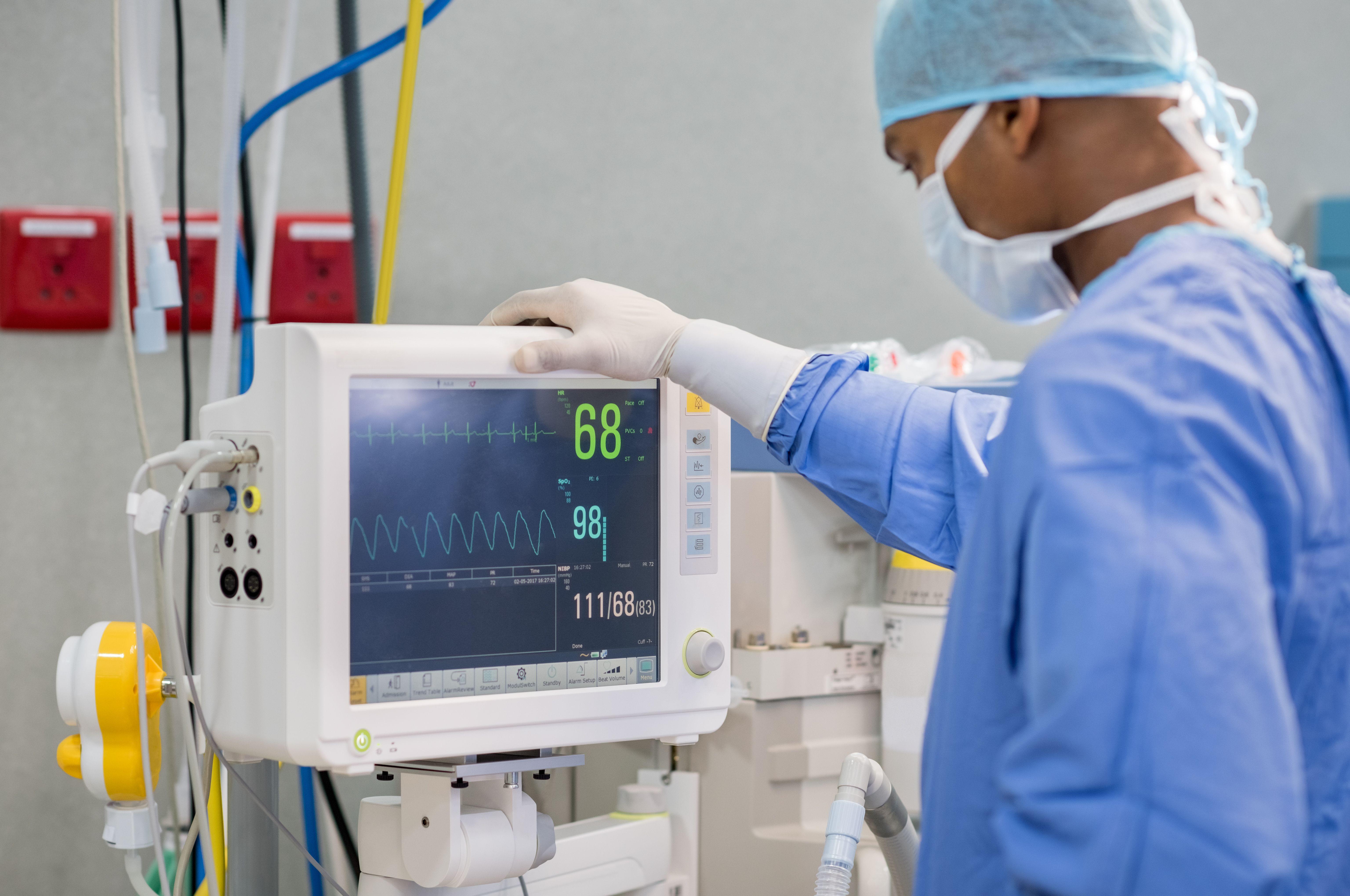 heart-rate-monitor-in-hospital-theater-PYG8W2Z.jpg